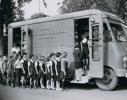 Bibliothèque mobile à Richmond, Canada, 1959./ Archives nationales