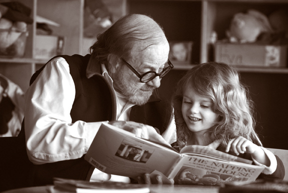 Lui lisent des histoires, souvent.../ Photo J. Seattle