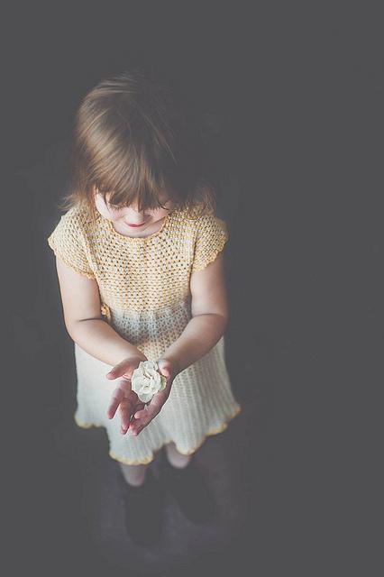 Petite fille en robe jaune./ Photo Amanda Tipton