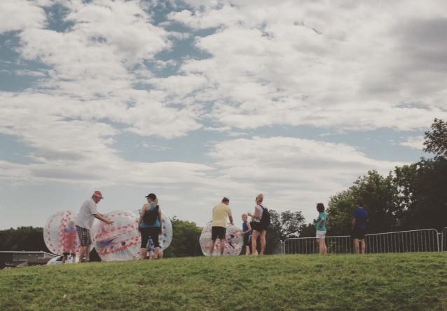 Dévaler la colline dans un ballon./ Photo DR Lexie Swing