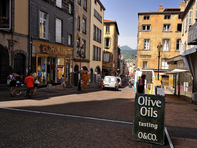 La rue des gras, et les volcans en fond./ Photo Marcel Musil