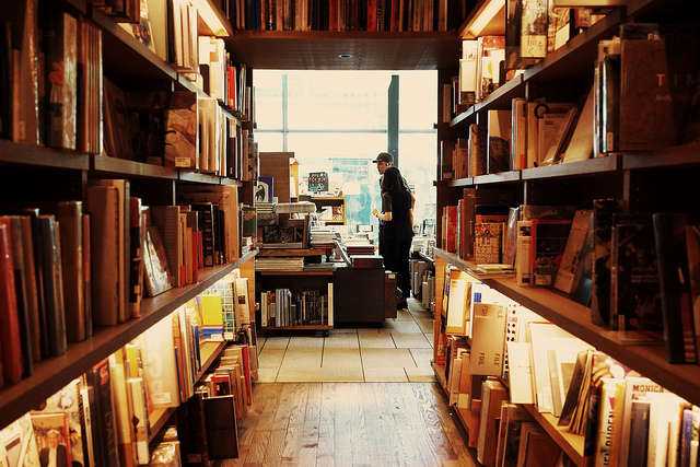 Entre les livres./ Photo 命は美しい