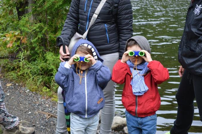 Equipés de jumelles pour enfant dénichés par mon amie à la boutiqye./ Photo DR Lexie Swing